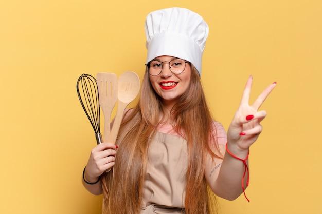 Jonge vrouw. een triomf vieren als een winnaar chef-kok concept