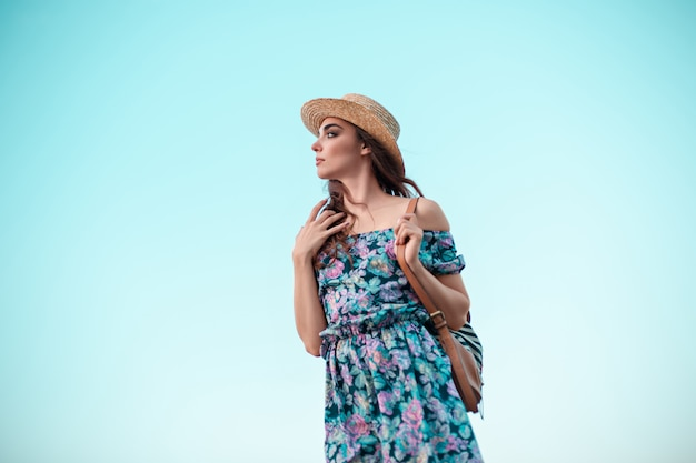 Jonge vrouw en blauwe hemel