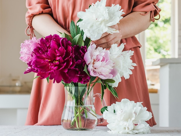 Jonge vrouw en een mooi boeket bloemen. detailopname. studiofoto