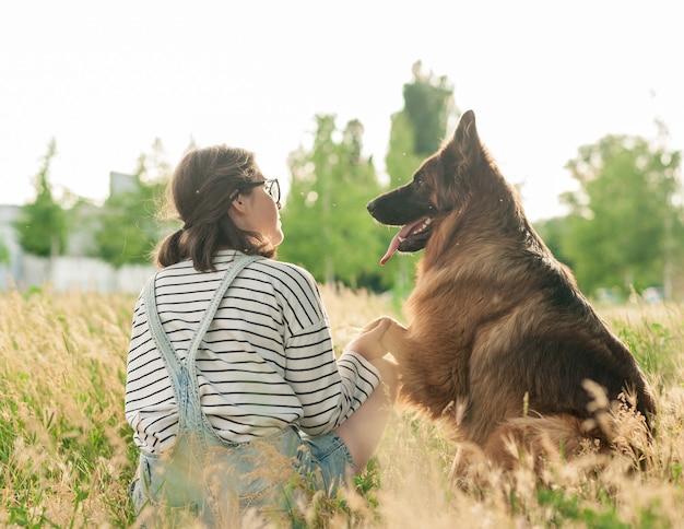 Jonge vrouw en haar vriendelijke hond in een park