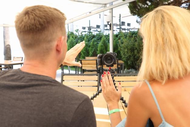 Jonge vrouw en man blogger opnemen welkomstvideo op camera's leven van moderne bloggers concept