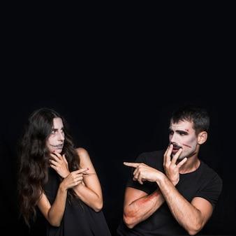 Jonge vrouw en man die op elkaar richten