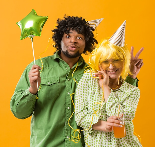 Jonge vrouw en man met partijballon