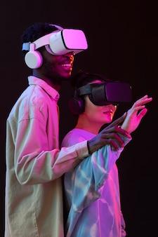 Jonge vrouw en man met vr-bril