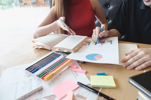 Jonge vrouw en man studeer voor een test of een examen.
