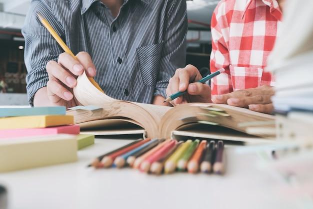 Jonge vrouw en man studeren voor een test of een examen. studiegroep.