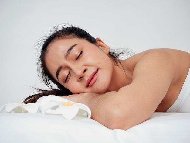 Jonge vrouw en spa accessoires op massagetafel