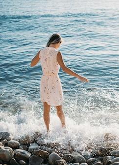Jonge vrouw en zee