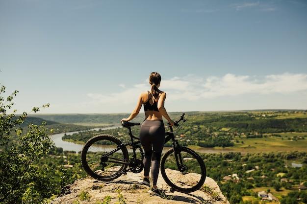 Jonge vrouw fietsen op de berg