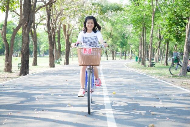 Jonge vrouw fietsen.