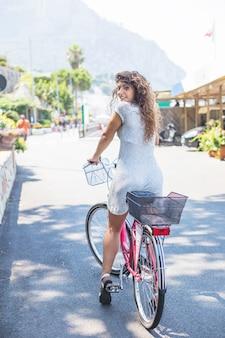 Jonge vrouw fietsten