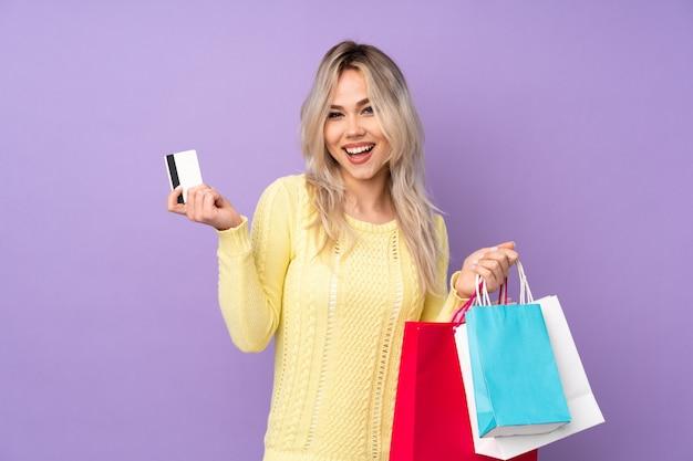 Jonge vrouw gaat winkelen