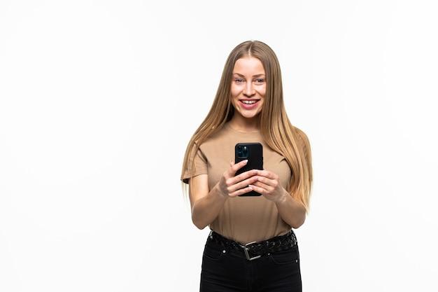 Jonge vrouw gebruik van de mobiele telefoon geïsoleerd op een witte ondergrond