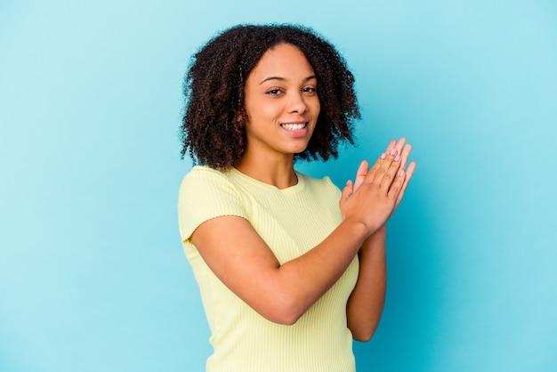Jonge vrouw geïsoleerd energiek en comfortabel gevoel, handen zelfverzekerd wrijven