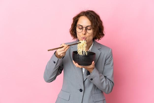 Jonge vrouw geïsoleerd met een kom noedels met eetstokje