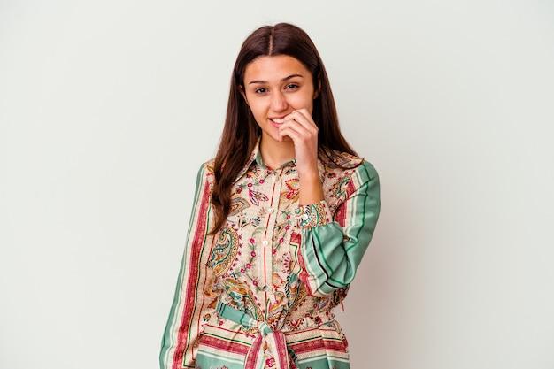 Jonge vrouw geïsoleerd op een witte muur vingernagels bijten, nerveus en erg angstig
