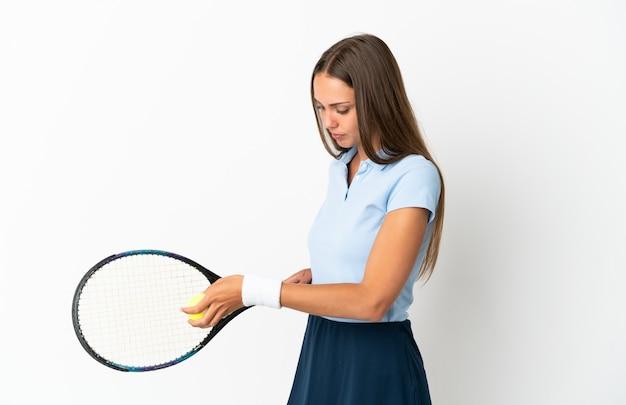 Jonge vrouw geïsoleerd tennissen