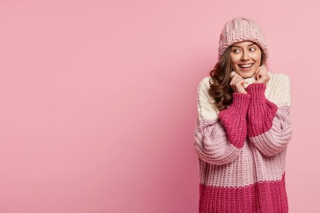 Jonge vrouw, gekleed in kleurrijke winterkleren Gratis Foto