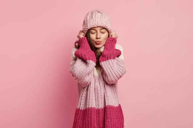 Jonge vrouw, gekleed in kleurrijke winterkleren