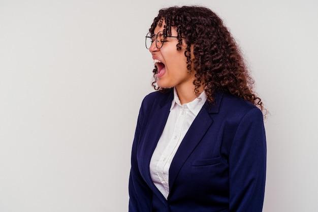 Jonge vrouw gemengd ras bedrijf geïsoleerd op een witte achtergrond schreeuwen naar een kopie ruimte