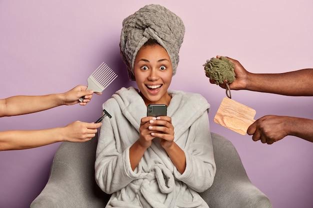 Jonge vrouw geniet van beauty spa thuis aanbrengen in badjas