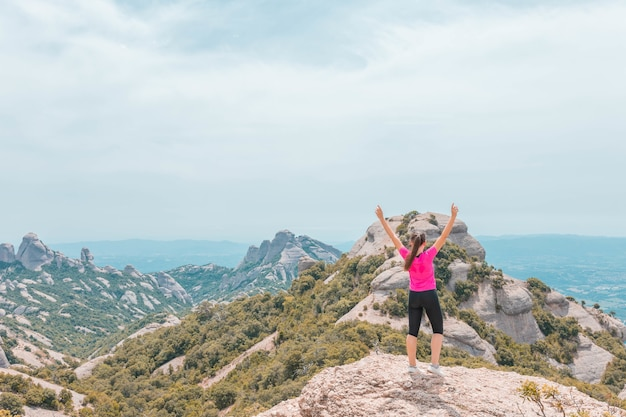 Jonge vrouw geniet van het prachtige bergachtige landschap in catalonië, spanje