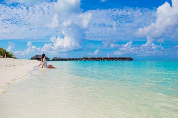 Jonge vrouw geniet van tropische strandvakantie