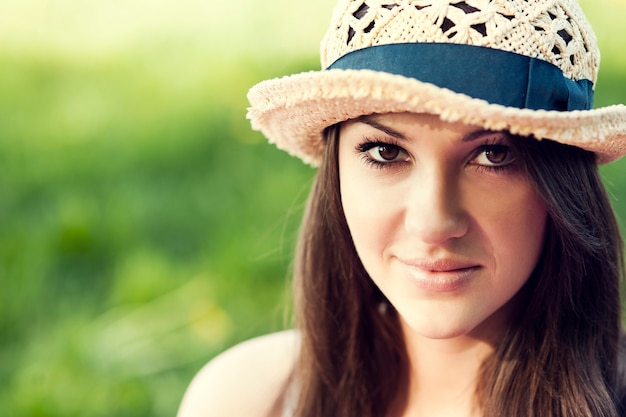 Jonge vrouw genieten van de zomer in een park