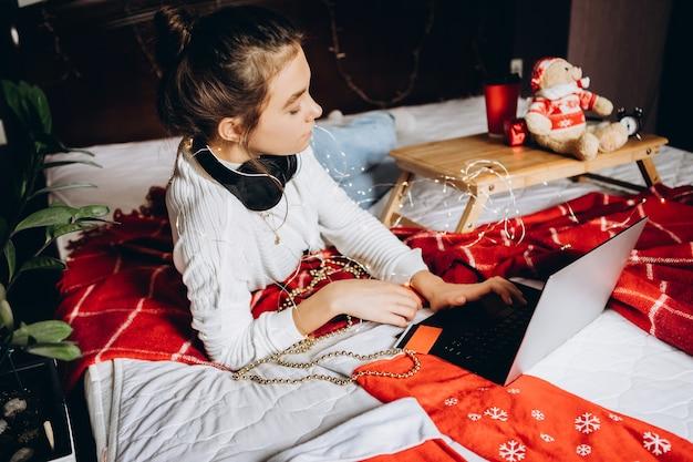 Jonge vrouw genieten van online winkelen voor kerst kerstinkopen en verkoop