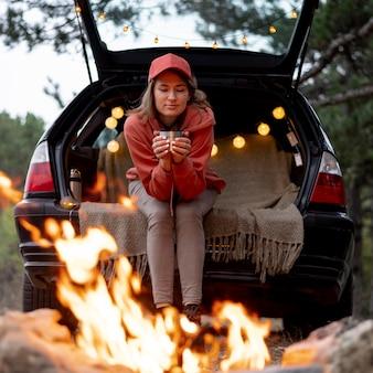 Jonge vrouw genieten van vreugdevuur