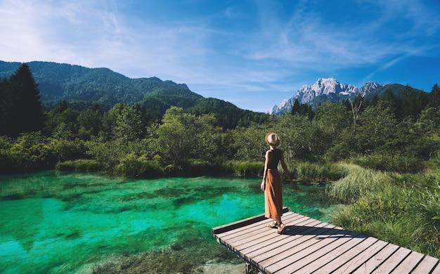 Jonge vrouw genieten van vrijheid op de natuur reizen ontspanning lifestyle afbeelding natuur achtergrond