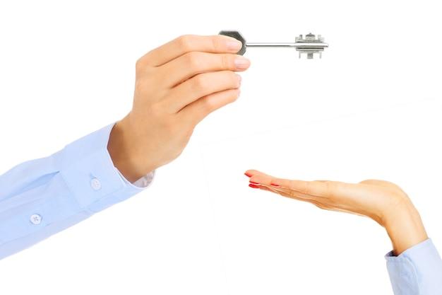 Jonge vrouw, geven, sleutel, op, witte, background