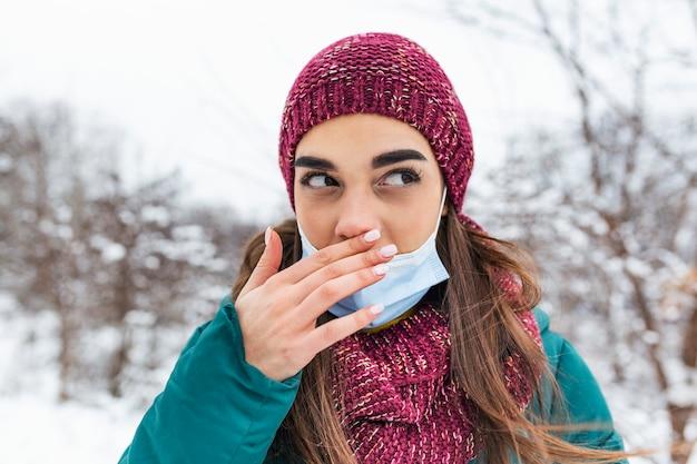 Jonge vrouw haar neus met vuile hand aan te raken. raak uw neus niet aan.