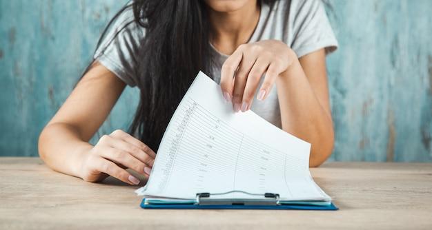 Jonge vrouw hand met document