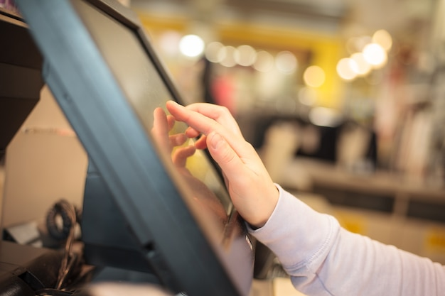 Jonge vrouw hand op aanrakingsschatkist die prijs voor een rekening in rekening brengt