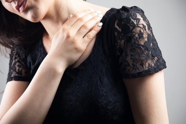 Jonge vrouw heeft een pijnlijk sleutelbeen