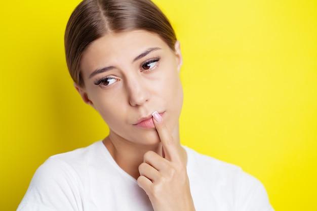 Jonge vrouw heeft koortsblaasjes op haar lippen