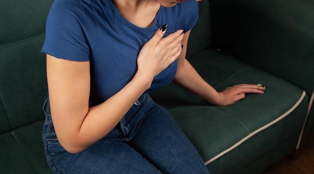 Jonge vrouw heeft pijn op de borst