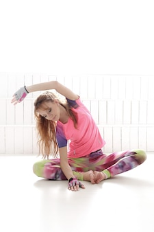 Jonge vrouw het beoefenen van yoga