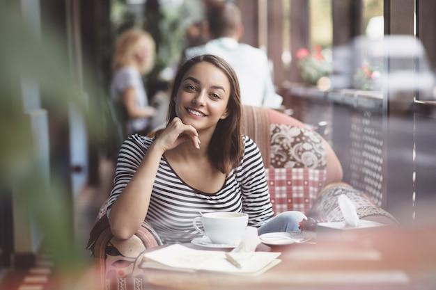 Jonge vrouw het drinken koffie in stedelijke koffie
