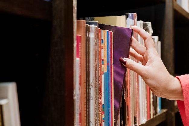 Jonge vrouw het kopen boeken bij een boekhandel