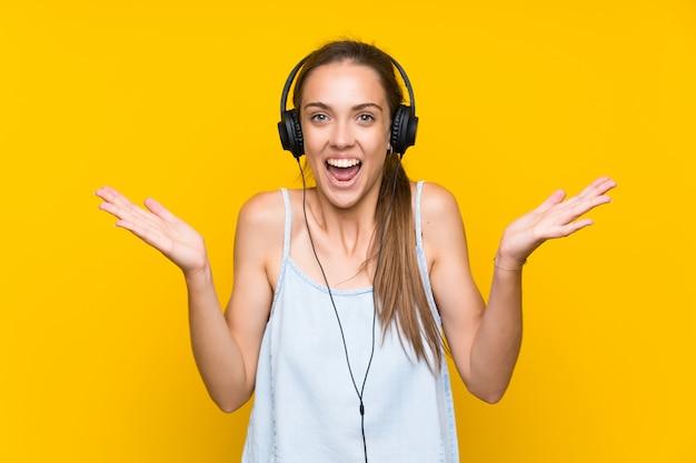 Jonge vrouw het luisteren muziek met geschokte gelaatsuitdrukking