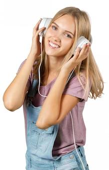 Jonge vrouw het luisteren muziek met hoofdtelefoons