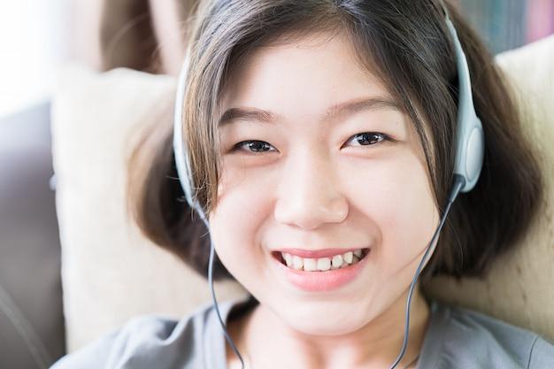Jonge vrouw het luisteren muziek van mobiele telefoon