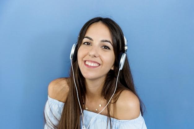 Jonge vrouw het luisteren muziek