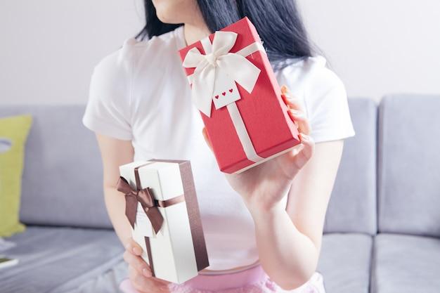 Jonge vrouw houdt geschenkdozen vast