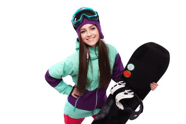 Jonge vrouw houdt zwarte snowboard