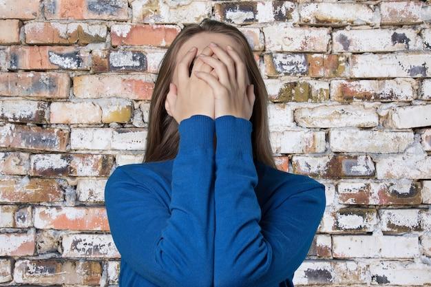 Jonge vrouw huilen op achtergrond