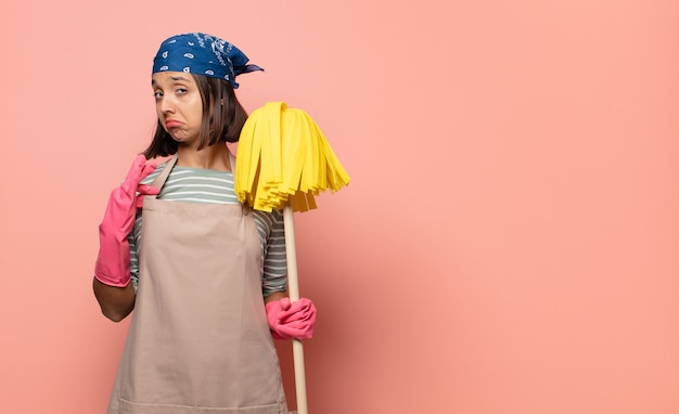 Jonge vrouw huishoudster op zoek arrogant, succesvol, positief en trots, wijzend naar zichzelf