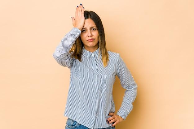 Jonge vrouw iets vergeten, voorhoofd met handpalm slaan en ogen sluiten.